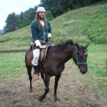 Latgalis žemaišu zirga mugurā
