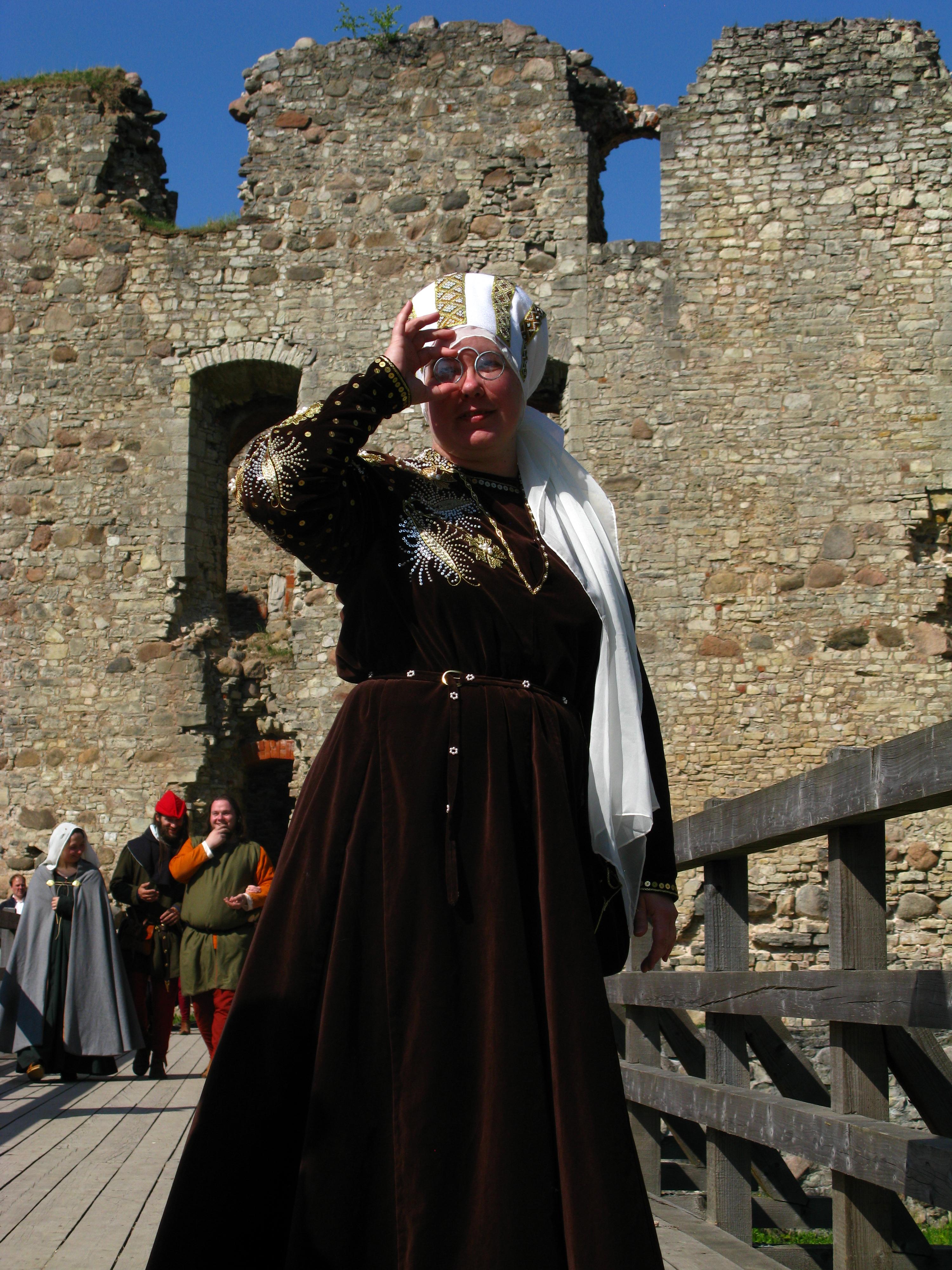 Priekšplānā -  15. gadsimta beigu  Švābijas Hercogienes  tērps  In front  Swabian dutchess  costume  of late 15th century