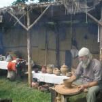 Baltkrievu amatnieks  gatavo podu