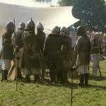Vīri pirms kaujas  vienojas par taktiku