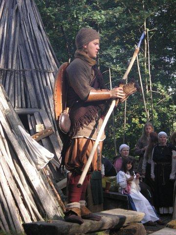 Vikings gatavs ceļam un  vajadzības gadījumā —  aizstāvībai  (tērpa demonstrācija)
